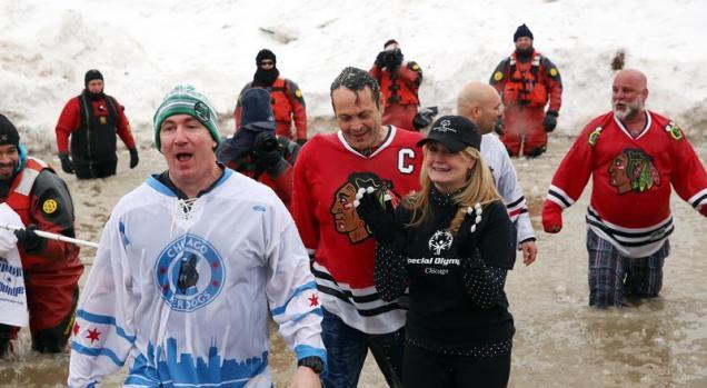 Chapuzón de famosos en aguas congeladas del Lago Michigan