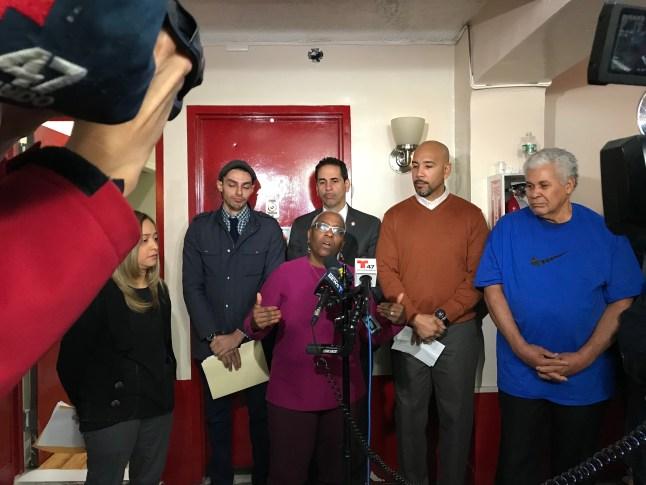 Oficiales electos visitan edificio en disputa