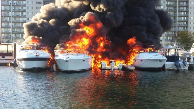 Botes en llamas en el puerto de Quincy
