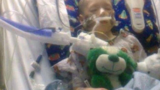 Niño abusado abre los ojos pero sigue en coma