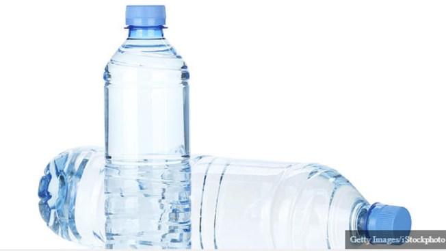 Escuela de NY prohíbe botellas de agua en el plantel