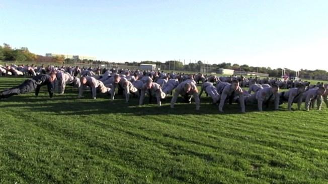 Policías celebran Día de los Veteranos con reto de lagartijas