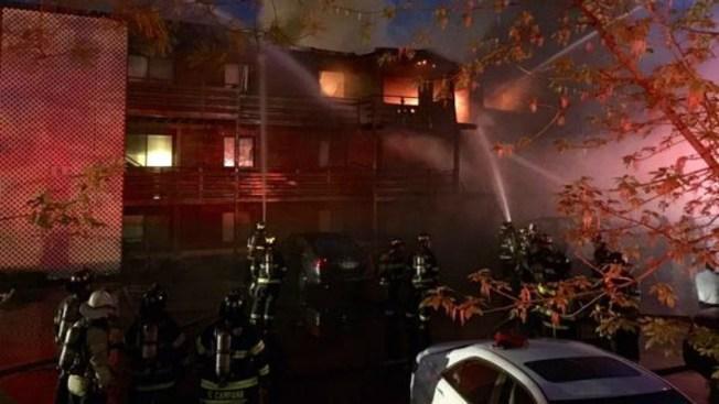 Un muerto tras incendio que devoró condominio
