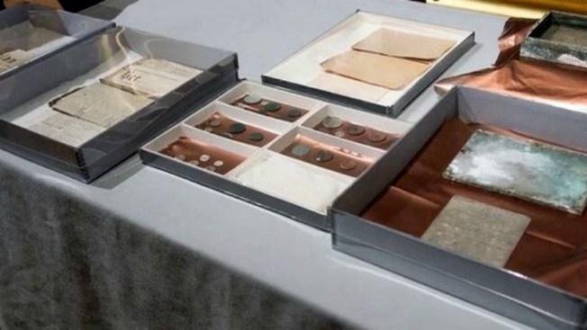 Exhiben objetos de cápsula del tiempo de 1795