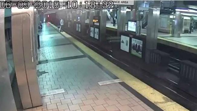 Video: Hombre cae en rieles de estación MBTA