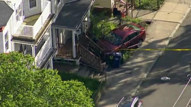 Choca contra casa tras ser baleado en Boston