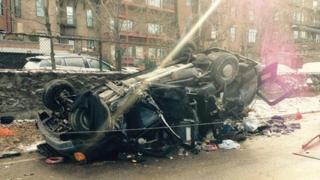 Carro termina destrozado en Storrow Drive