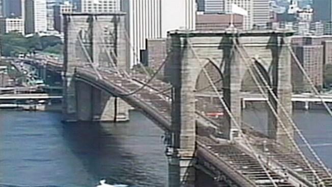 Un joven trepa el puente de Brooklyn para tirarse un selfie
