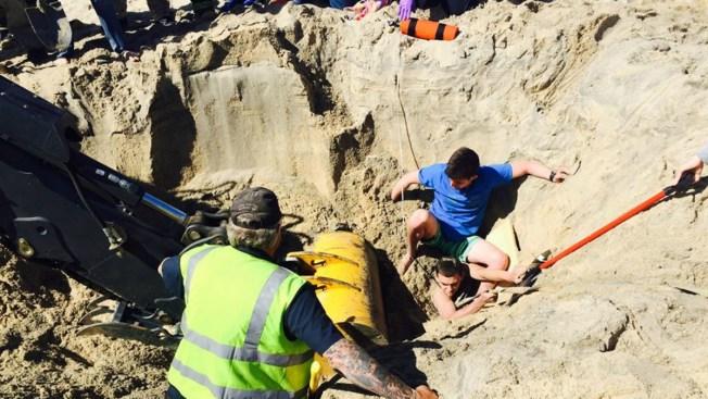 Cavaba un hoyo en la arena y de repente...