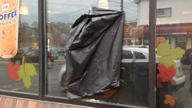 Perforan fachada de Dunkin Donuts en Chelsea