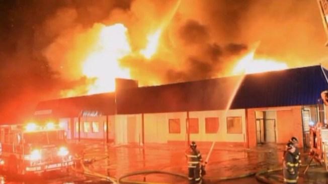Las llamas devoraron centro comercial