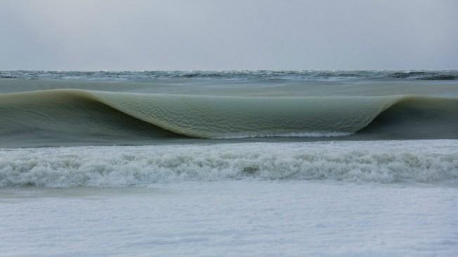 """Rebeldes olas """"congeladas"""" y coyotes en el mar"""
