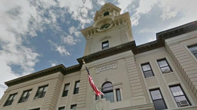 Alcalde de Lawrence enfrentaría voto de censura