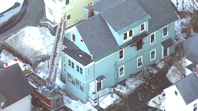 Desplazados por incendio en casa de Lawrence