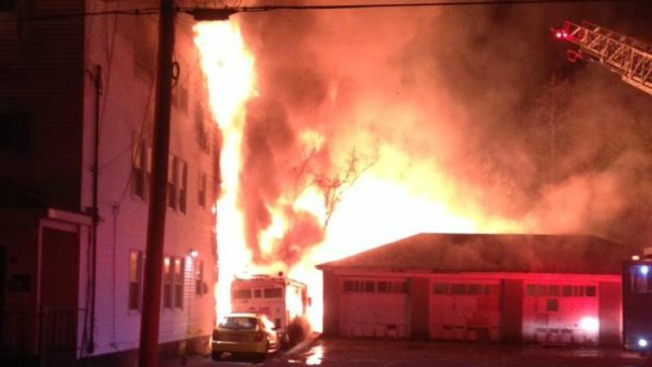 Sin hogar tras infierno en casas de Lawrence