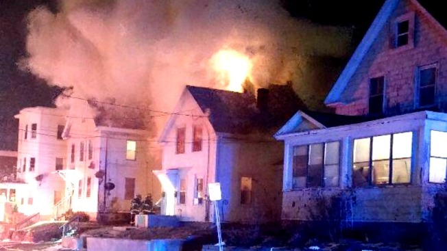 Desplazados por incendio en casa multifamiliar