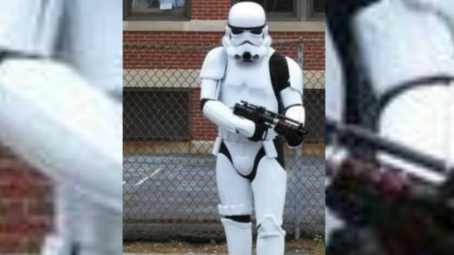 Este disfraz y el arma causaron alarma en escuela