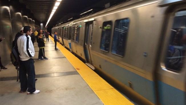 Baker propone ley para rescatar MBTA