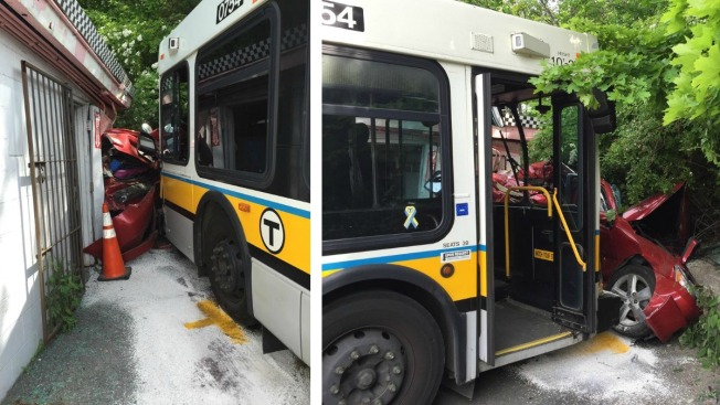 Bus MBTA se estrella y aplasta un auto