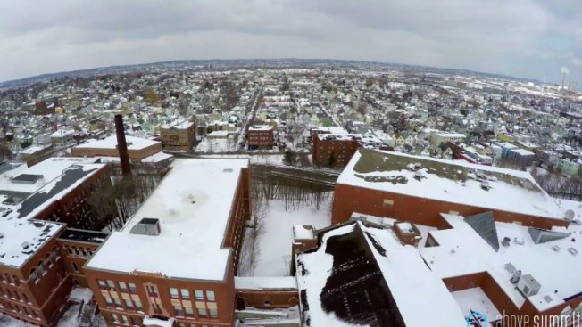 Drones inspeccionan techos cubiertos de nieve