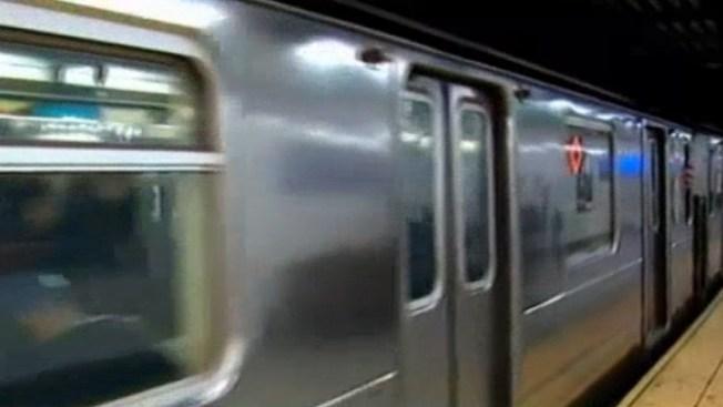 Oficial: Detiene tren en movimiento para buscar su celular
