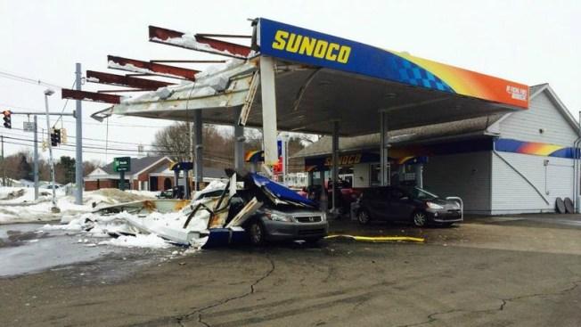 Techo se desploma en estación de gasolina