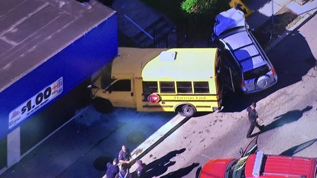 9 niños hospitalizados tras choque se bus escolar
