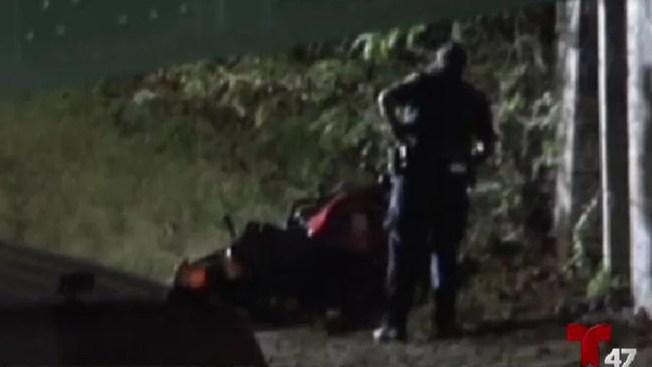 Mujer aplastada por autos tras caer de una moto