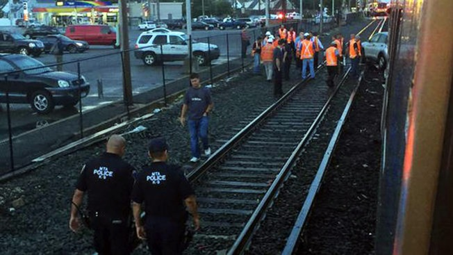 Tren del LIRR choca contra un auto en NY