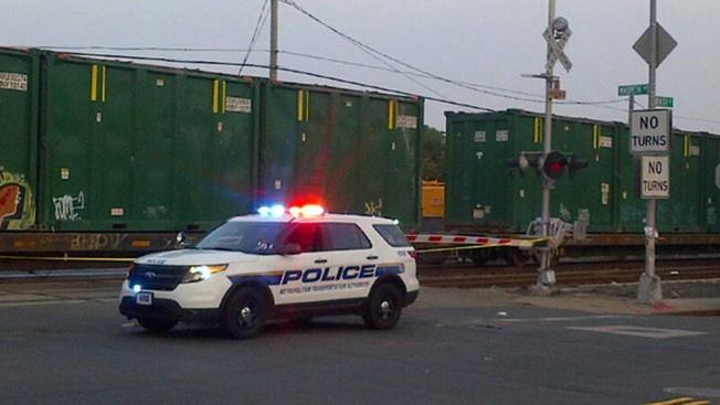 Camión estalla tras chocar con un tren en Queens