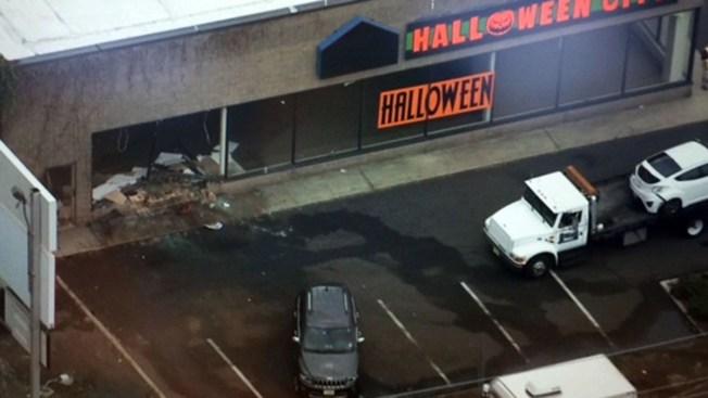 Auto termina enterrado en tienda de Halloween