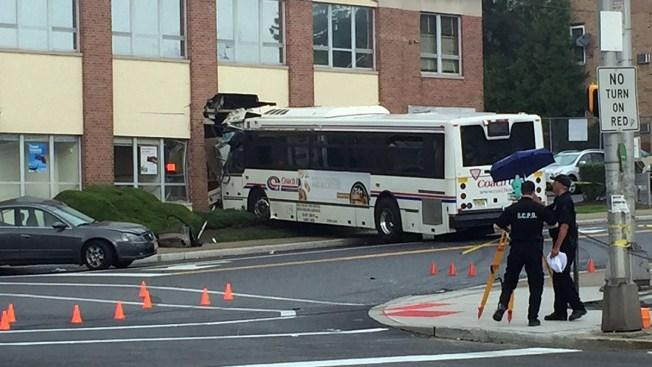 Autobús se estrella contra un banco en NJ