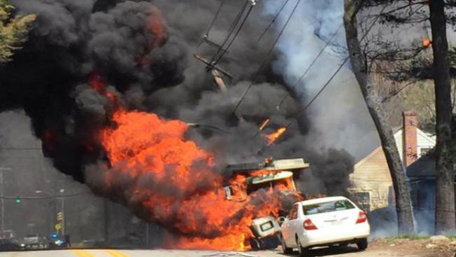 Camión estalla en llamas tras chocar con poste