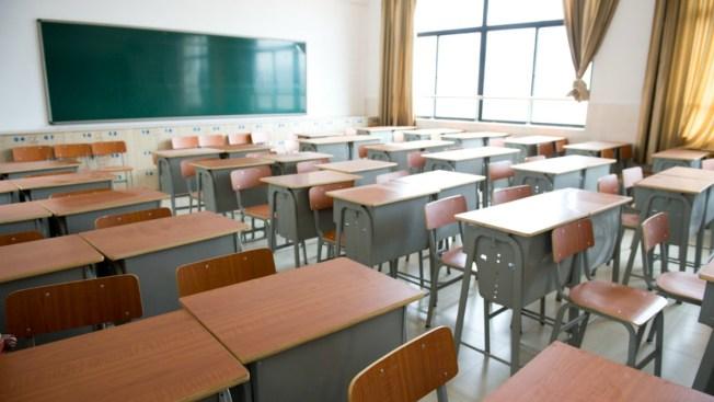 Alumno agrede a maestra tras confiscarle celular