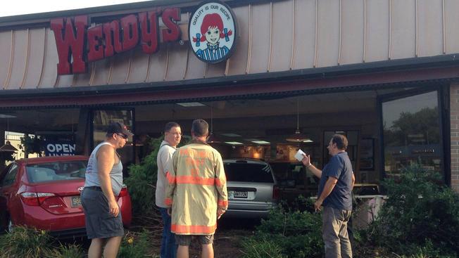 """Autos se """"entierran"""" en Wendy's de Nueva Jersey"""
