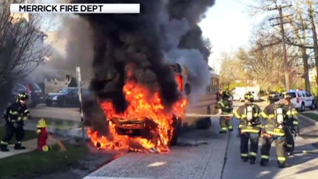 Poderoso incendio achicharra un bus escolar de Long Island