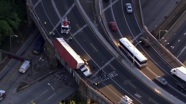 Camión queda colgando en las alturas del Lincoln Tunnel