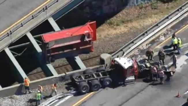 NJ: Camión volcado desata el caos en la Ruta 80