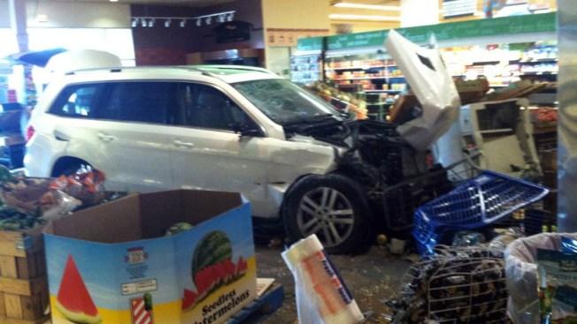 Auto se entierra en Pathmark y deja 5 heridos