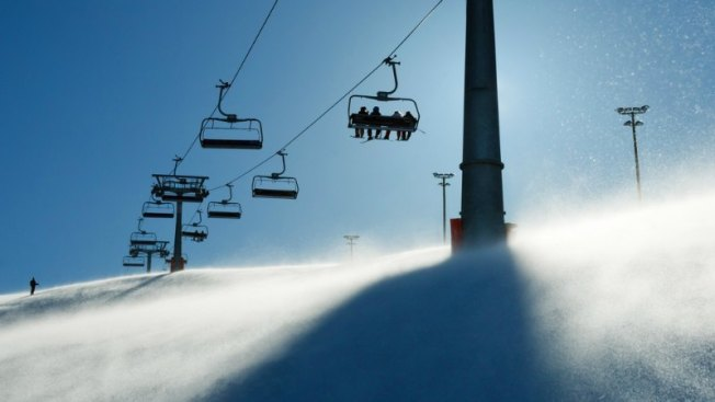 Niña cae desde lo alto en estación de esquí