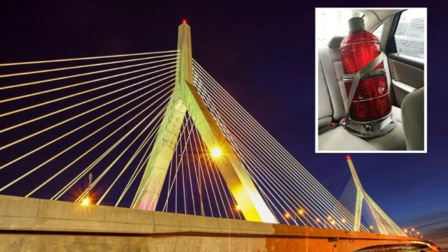 Insólito robo de luces en lo alto del Zakim Bridge