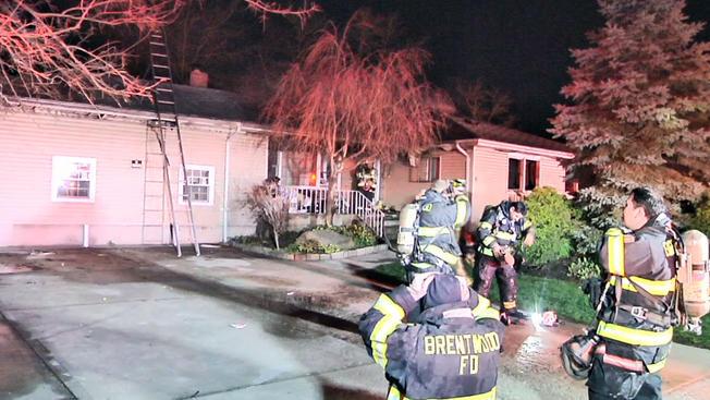 Hombre de 62 años muere en voraz incendio en Long Island