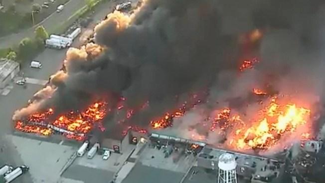 Fuego en almacén deja cerca de 200 desplazados