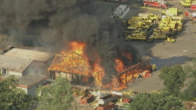Voraz incendio arrasa con almacén en NY