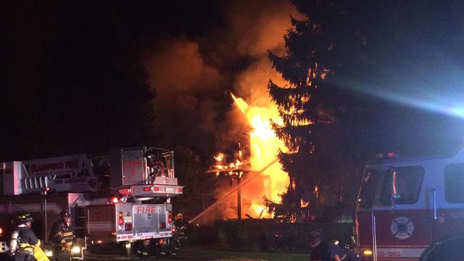 80 bomberos combaten voraz incendio en NJ