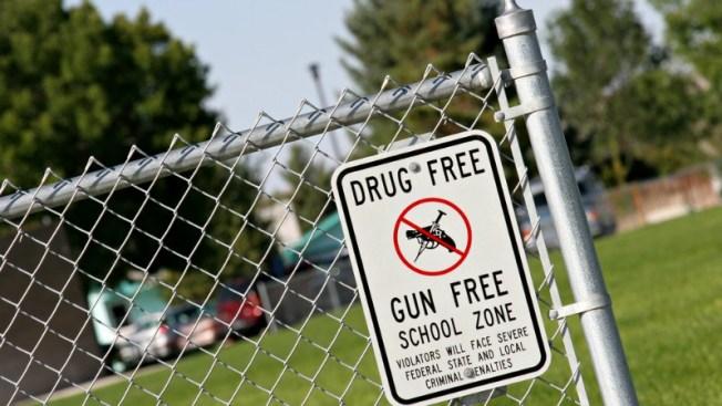 Arrestos tras hallazgo de armas en escuelas