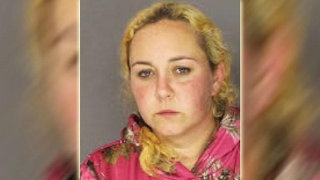 Madre acusada de inyectar heroína a su hija