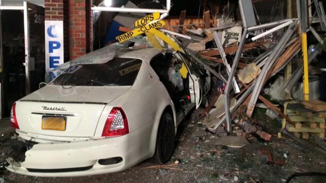 Auto de lujo destroza tiendas de Long Island