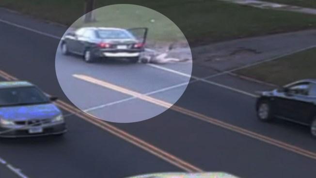 Se lanza del auto para escapar de un secuestro
