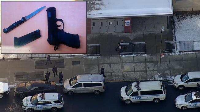 Pillan a estudiante armado dentro de una escuela